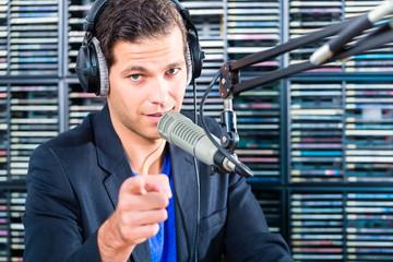 Radio Moderator in Sendung