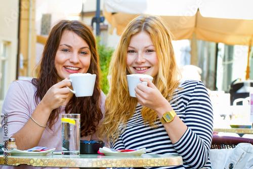 Zwei junge Frauen im Cafe - 63734076