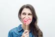 Молодая красивая женщина с конфетой в виде сердца