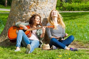 Freundinnen beim Musik machen