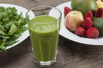 Grüner Smoothie und Zutaten