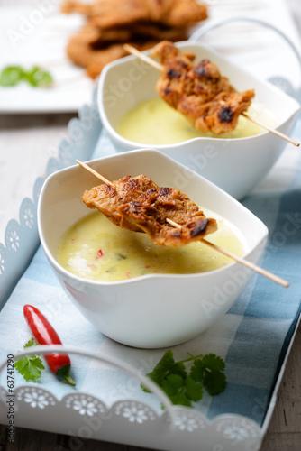 Kokos-Curry-Suppe mit Sojafleisch-Spießen