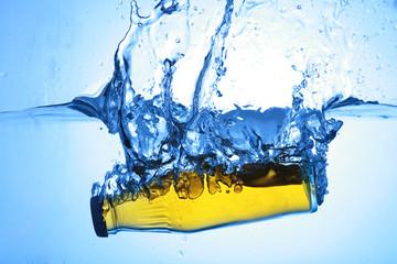 wasserflasche mit gelber flüssigkeit