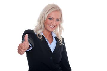 Junge Geschäftsfrau hält Daumen hoch und lächelt