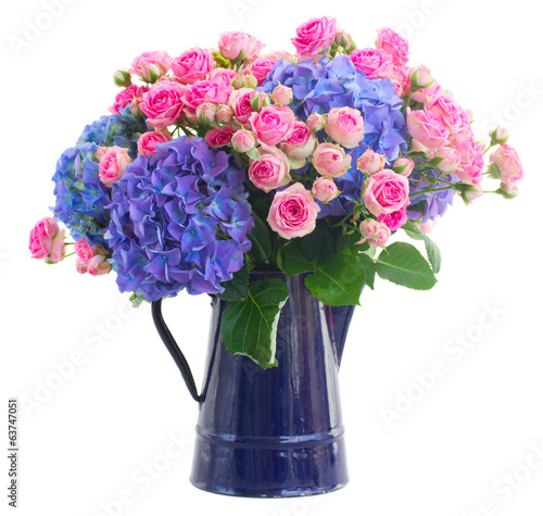 In de dag Hydrangea bouquet fresh pink roses and blue hortensia flowers