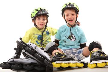 zwei Jungs mit Inlineskates