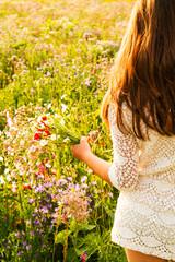 Bambina con mazzo di  fiori di campo