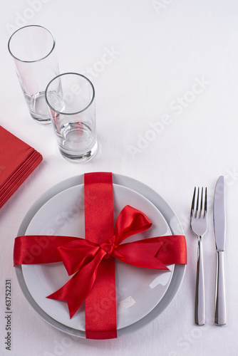 Red ribbon table set with glasses
