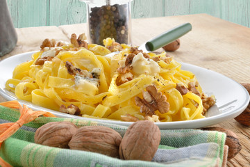 lasagne noci e gorgonzola verticale fondo legno colore