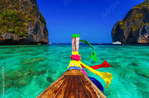 Foto op Plexiglas Overige Traditional longtail boat in Maya bay on Koh Phi Phi Leh Island,