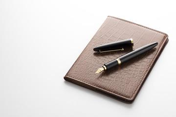 革の手帳と万年筆