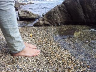 in piedi in spiaggia