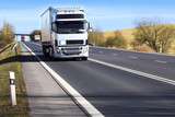 Ciężarówka na drodze - 63764800