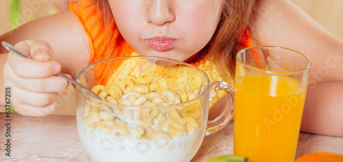 Child is eating cereal flakes