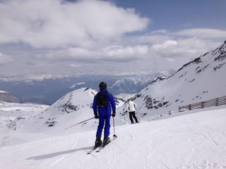 skifahrer in den alpen auf der skipiste