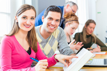 Studenten an Uni oder FH mit Professor