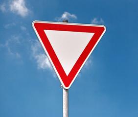 Warnschild Vorfahrt achten