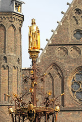 Golden statue in front of dutch parliament -  The Hague, Neherla