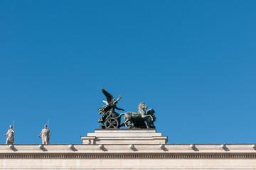 skulptur auf dem dach von parlament in wien