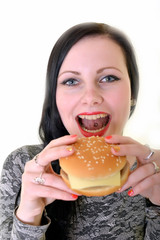 femme mange sandwich