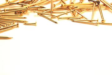 Fondo de clavos dorados con espacio para texto