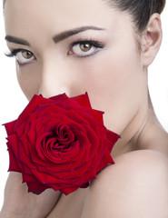 Sguardo sensuale con rosa rossa
