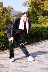 公園でトレーニングしている女性