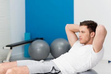 mann trainiert bauchmuskulatur