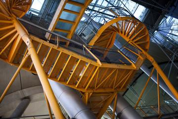 Escalier en métal dans un bâtiment
