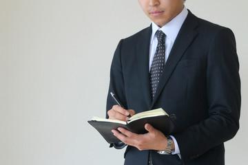 手帳を持つビジネスマン