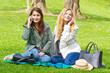 Junge Frauen mit Handys im Park