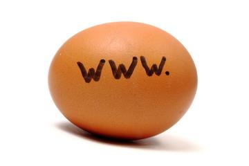 www-Schriftzug auf Hühnerei freigestellt