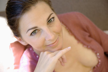 Frau bei Entspannung auf Sofa