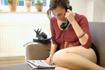 Frau studiert Zeitungsanzeigen