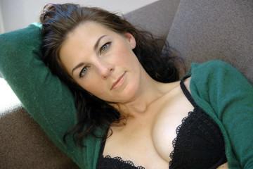 Frau macht Pause auf Sofa
