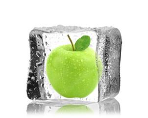 Jabłko w kostce lodu