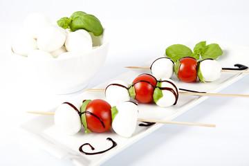 Antipasto di mozzarelle con pomodorini e basilico