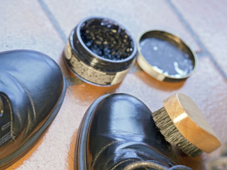 kit to polish black shoes,   polish and brush,