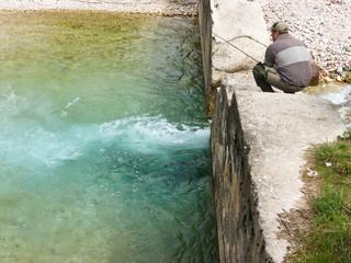 pescatore sul fiume