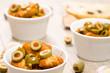 Grüne Oliven und gebratenes Huhn