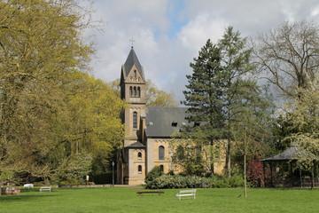 Eine kleine Kirche mit Park