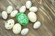 piękna pisanka wielkanocna wśród przepiórczych jaj