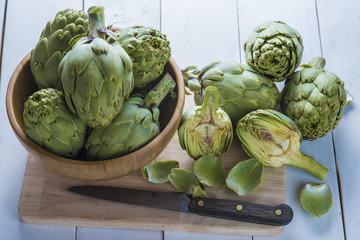 Alcachofas frescas de cultivo ecológico en la mesa de la cocina