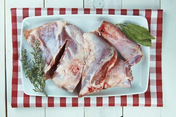 Paletilla de cordero fresca e ingredientes para cocinarla
