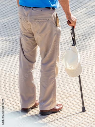 Tourist mit Kappe und Gehstock