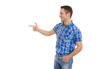 Lachender junger Mann freigestellt zeigt mit Zeigefinger