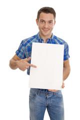 Mann isoliert hält ein weißes Werbeschild in der Hand