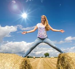 Fröhlichkeit: Junge, sportliche Frau genießt den Sommer :)