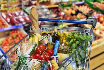 Einkaufswagen mit Lebensmitteln im Supermarkt