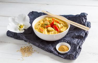 Thai Curry in einer Schale auf Holz